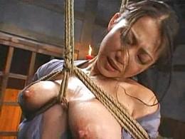 「オマ●コ壊れちゃう〜」熟女囚人が三角木馬で大量潮吹き失禁して激痙攣!友田真希