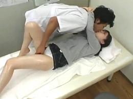 モデルの女の子がオイルフットマッサージで発情し整体師にガン突きされ激痙攣オーガズム!02
