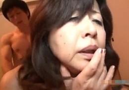 還暦過ぎた高齢熟女が夫の隣で夜這され寝取られエッチ!和久井由美子