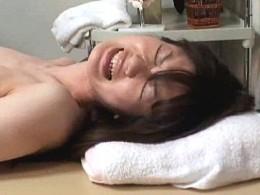 美人OLがマッサージ師の手マンで痙攣アクメ!欲情がおさまらずエッチをおねだり!02
