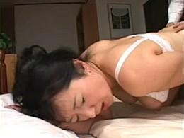 「イグ〜」熟女母が息子巨根で絶叫ビクビク痙攣アクメ!07