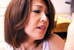 美熟女母が息子にガン突きされ汗だくでガクガク大痙攣中イキ連発!小宮優子3