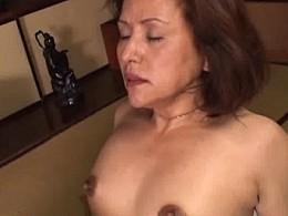 黒乳首の高齢熟女がガン突きされ汗だく中出しビクビク痙攣オーガズム!加藤貴子02