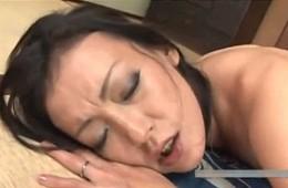 熟女母が息子友人にガン突きされヒクヒク痙攣オーガズム!
