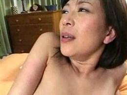 美熟女母が息子の肉棒で突かれ中出しされてヒクヒク痙攣アクメ!00