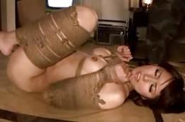 亀甲縛りで拘束された美女がSM調教で潮吹きビクビク痙攣イキまくり!