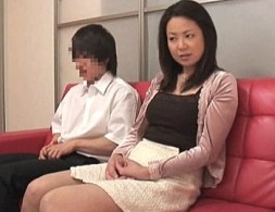 義母と息子がエロビデオ鑑賞を一緒にしたら義母発情!息子の童貞肉棒で絶叫しまくり中出しヒクヒク痙攣!2