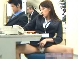 美人OLがオフィスで顧客をパンチラ誘惑!更衣室でガクガク痙攣イキ!00