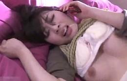 「アナタ愛してる〜」美人妻は夫と電話をしながら中年オヤジに寝取られガン突きされビクビク痙攣オーガズム!本田岬