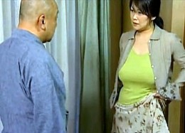 爆乳の熟女人妻が夫の側で義父に寝取られガクガク痙攣イキ![ヘンリー塚本]鮎川るい02