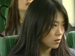 揺れるバスの車内で何食わぬ顔で足ガク痙攣潮吹き失禁する美女![ヘンリー塚本]大越はるか・三咲エリナ