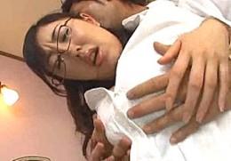 【Fカップ】アヘ顔の女教師、ありさ出演の痙攣動画。Fカップ巨乳おっぱいの熟女教師が生徒に押し倒されアヘ顔晒してぴくぴく痙攣イキ!小泉ありさ-女教師