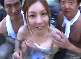 巨乳彼女が彼氏の前で寝取られ3P!露天風呂で連続顔射されヒクヒク痙攣!辰巳ゆい02