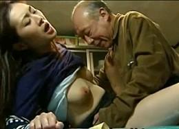 熟女人妻が夫を睡眠薬で寝かせ義父に突かれビクビク痙攣イキ!東条美菜・愛川咲樹