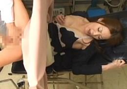 熟女人妻が婦人科診療で発情しセクハラ医師を誘惑して中出し痙攣エッチ!02
