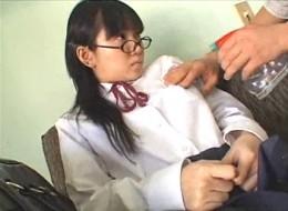 真面目なメガネをかけた優等生JKがノーブラでガン突きされヒクヒク痙攣イキ!大塚ひな0