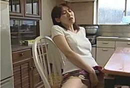 欲求不満の美人妻が義父のセンズリをネタにテーブルの角でオナニー痙攣!02