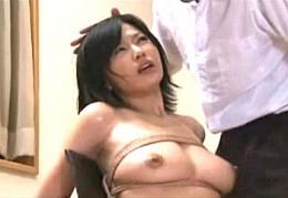 巨乳の美人妻が夫の前でレイプ魔に犯され潮吹き中出しヒクヒク痙攣!桜井あみ000