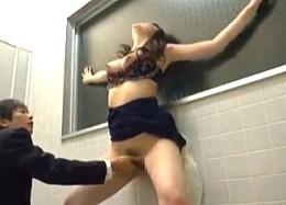 美人キャバ嬢が公衆トイレで発情しガクガク痙攣イキまくり!200