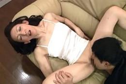 高齢熟女母が息子にガン突きされビクン痙攣イキ!内村美智子