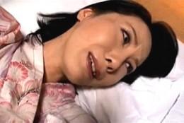 美熟女母が息子と愛の逃避行!温泉宿でガンガン突かれ中出しされビクビク痙攣イキ!有沢実紗02
