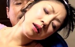 欲情を抑えきれない色ボケ熟女人妻が配達屋の中年オヤジを誘惑してガン突きされビクビク痙攣イキ!押切あやの02