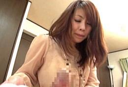 欲求不満の美熟女母が息子の勃起肉棒に理性を失いガクガク痙攣イキまくり!結城みさ2