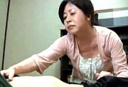 ドM高齢熟女母が息子を夜這して潮吹きガクガク激痙攣イキまくり!和久井由美子022