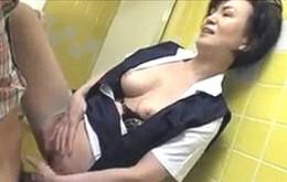 高齢熟女の事務員が会社のトイレで若い社員を痴女って連続ビクビク痙攣マジイキ!青木りかこ04