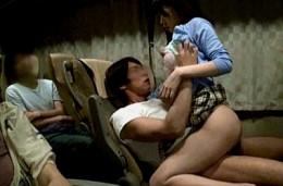 夜行バスで女子大生が隣の男にイタズラされ発情!潮吹きしてビクビク痙攣イキ!川菜美鈴