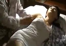 美熟女の人妻が夫にガン突きされ絶叫ビクビク痙攣連続イキ![ヘンリー塚本]浅井舞香