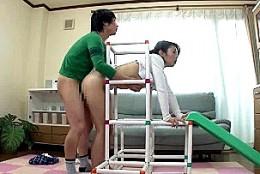 美熟女母がオモチャに挟まり息子友人に立ちバックで中出しされビクビク痙攣!篠田あゆみ