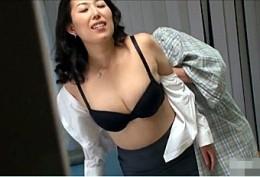デカ尻の美熟女妻が分娩台で高速手マンされ潮吹き痙攣アクメ!羽賀そら美