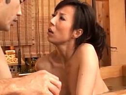 温泉で発情した熟女人妻が潮吹き汗だくでビクビク痙攣イキまくり!