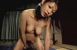 美熟女の母親が息子の童貞肉棒に股がりビクビク痙攣アクメ!友田真希
