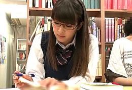 メガネ美少女JKが図書館で連続ハメ潮吹きビクビク痙攣アクメ!00