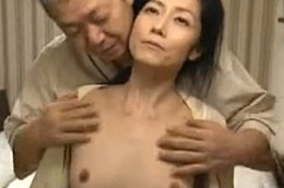夫の前で寝取られ他人棒で痙攣アクメする巨乳妻!ヘンリー塚本