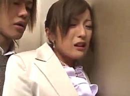 彼氏にフラれた美人OLがエレベータの中で大量潮吹き!稲森しほ0