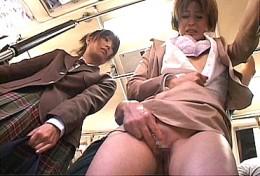 バスの中で熟女OLと美少女が潮吹き痙攣腰砕け!2