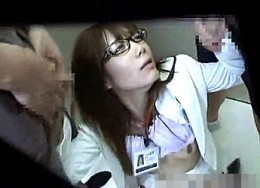 高飛車メガネOLが同僚社員にエレベータで陵辱され潮吹きガクガク痙攣!榊なち
