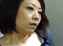 欲求不満の熟女が絶倫息子にガン突きされビクビク痙攣02