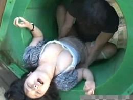 公園の遊具の中で陵辱され大量噴水潮吹き痙攣する純真無垢な娘3