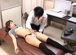 鬼畜医師に麻酔注射を打たれ体の動かない女子大生が中出しされ痙攣