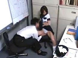 万引きした制服JKが駅員にお仕置きファックされ中出し足ガク痙攣