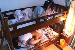 大学生の肉棒に発情した妹JK達が二段ベッドでハメ潮吹き連続エッチ