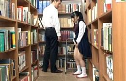 図書室で大好きな担任教師に初体験を捧げるパイパンの小柄な女子生徒2