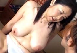 ドスケベ顔の垂れ乳豊満熟女が大絶叫で痙攣イキまくり