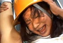 帰宅途中のヘルメットをかぶった未成熟な娘がアクロバチックに陵辱3P