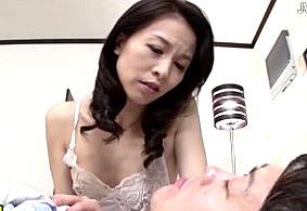 息子と毎日セックスしたいために夫と離婚した四十路熟女! 井上綾子