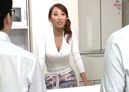 茶髪のエロケバい巨乳おばさんが息子の同級生と中出し痙攣エッチ!松嶋葵0
